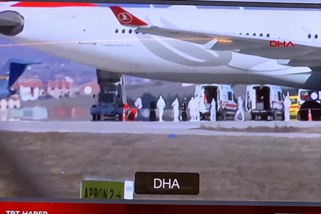 Турецкий самолет экстренно сел из-за коронавируса