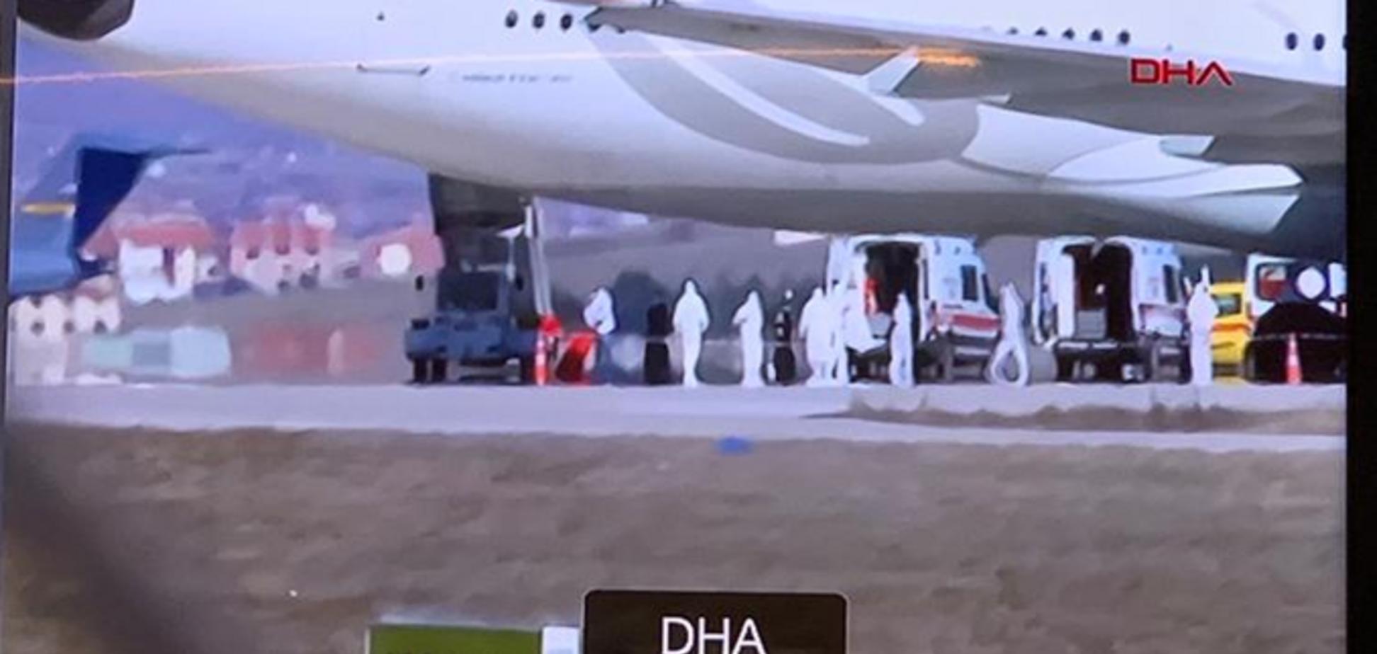 Турецкий самолет экстренносел из-за подозрения на коронавирус у пассажира