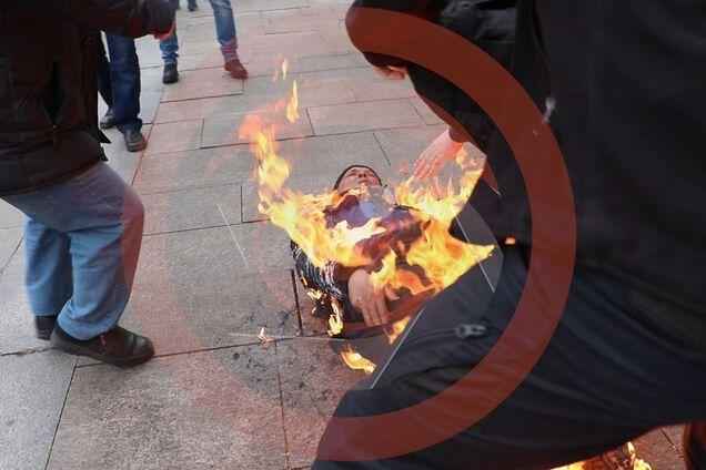 У Києві під ОПУ чоловік скоїв самопідпал
