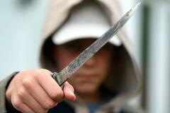 Школьник ударил учительницу самодельным ножом в живот и скрылся: подробности скандала и фото