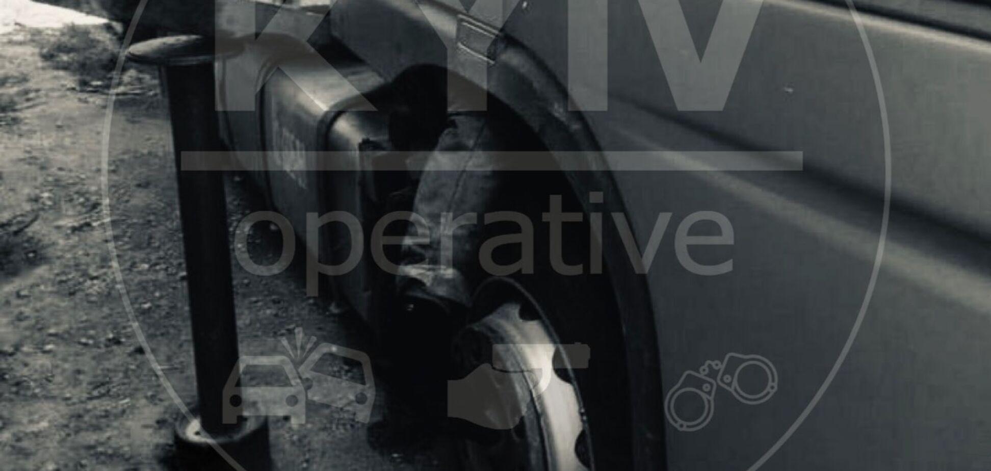 У Києві на чоловіка впала кабіна фури: моторошне фото 18+