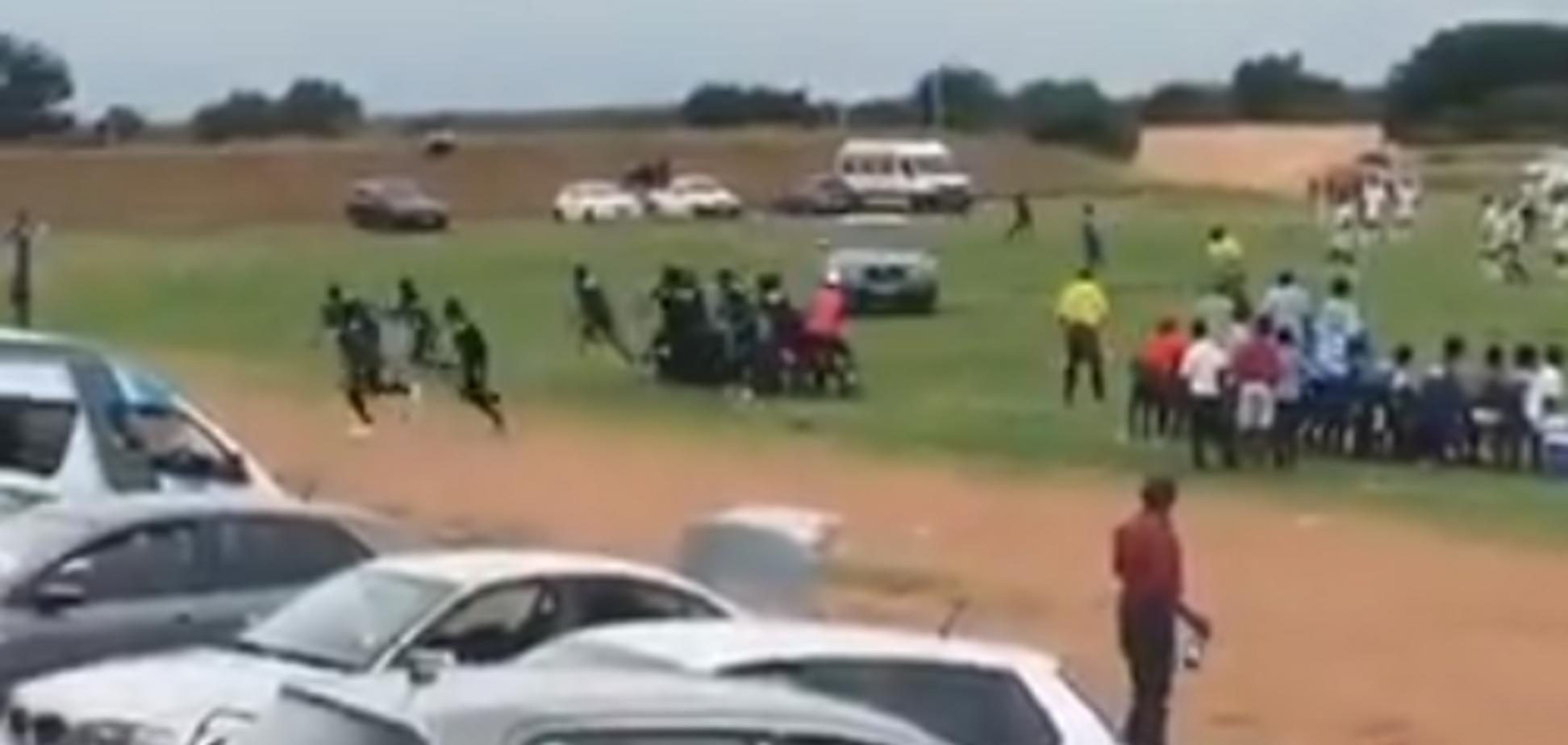 Вболівальник з ПАР спробував задавити суддю