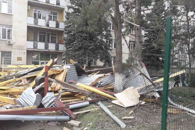 Ветер сорвал крышу пятиэтажки в Симферополе: под завалами десятки машин. Видео