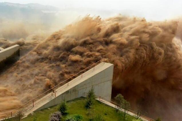 Викид води на гідроелектростанції