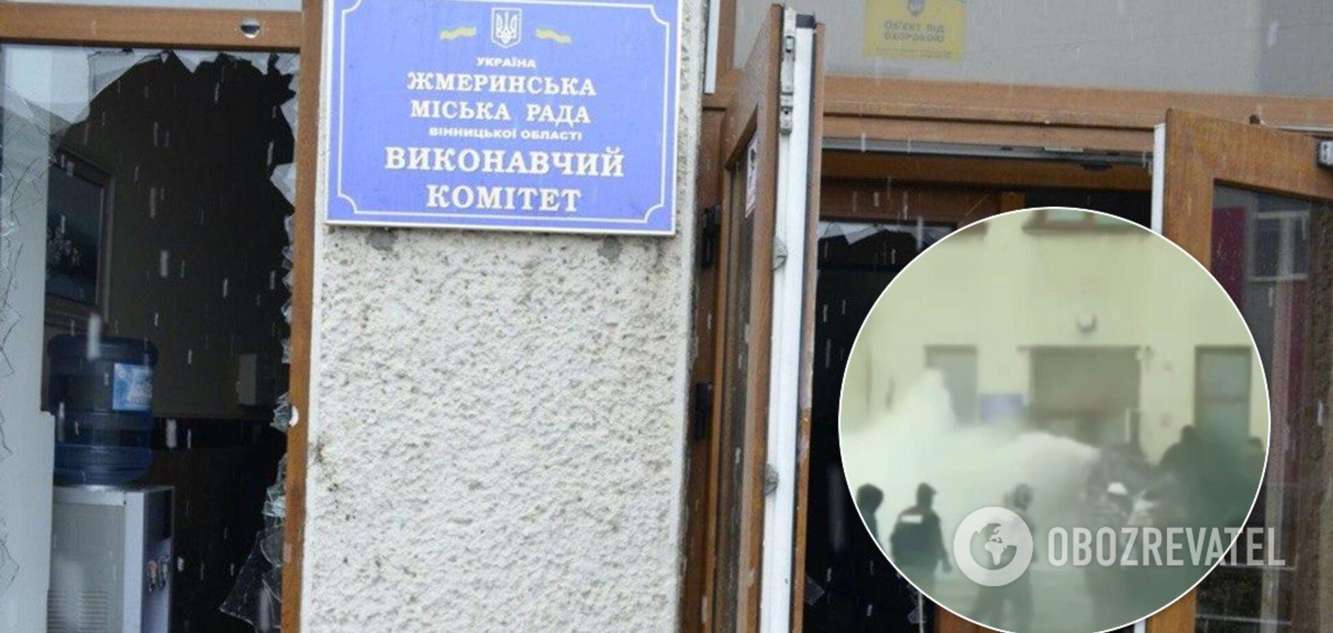 В Жмеринке у мэрии устроили жесткую массовую драку: задержаны 11 человек. Видео с места ЧП