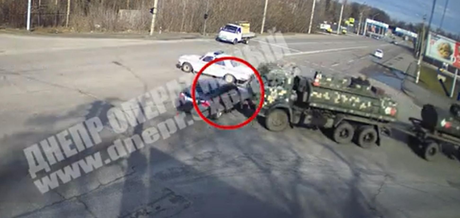В Днепре авто на скорости протаранило колонну военных. Фото и видео ДТП