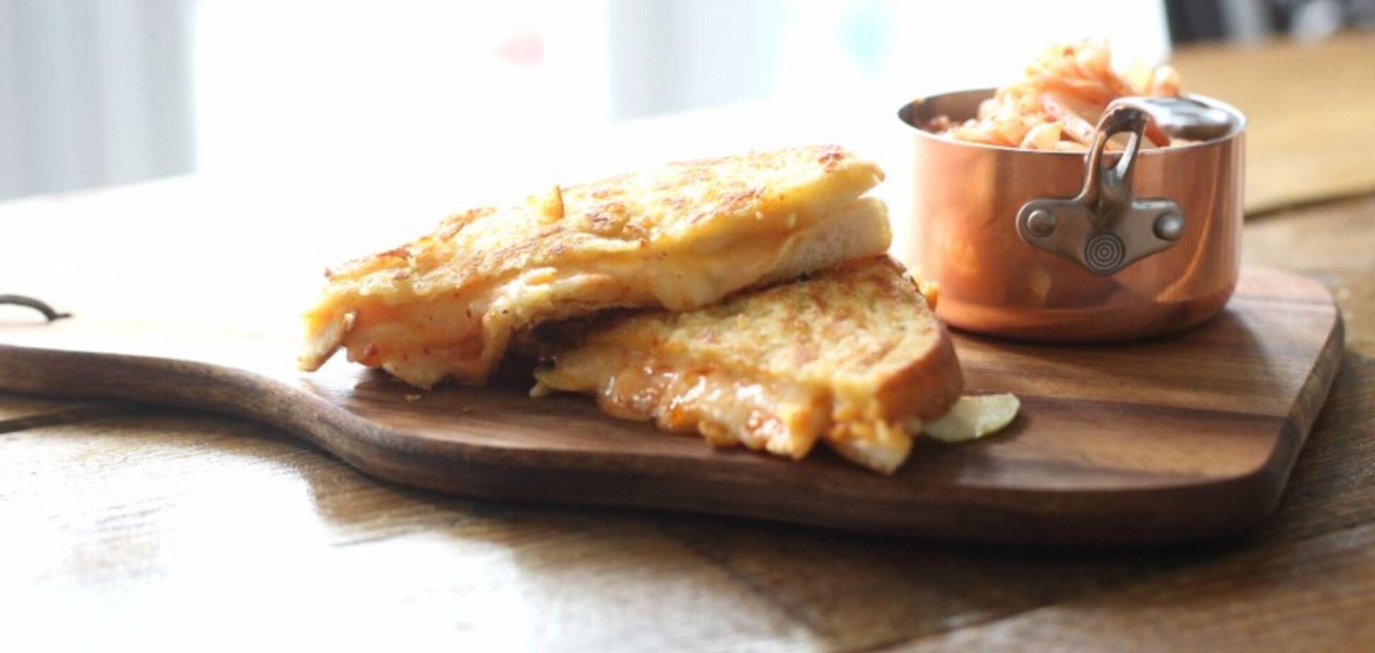 Швидкий рецепт чудової сирної закуски на сніданок і ланч