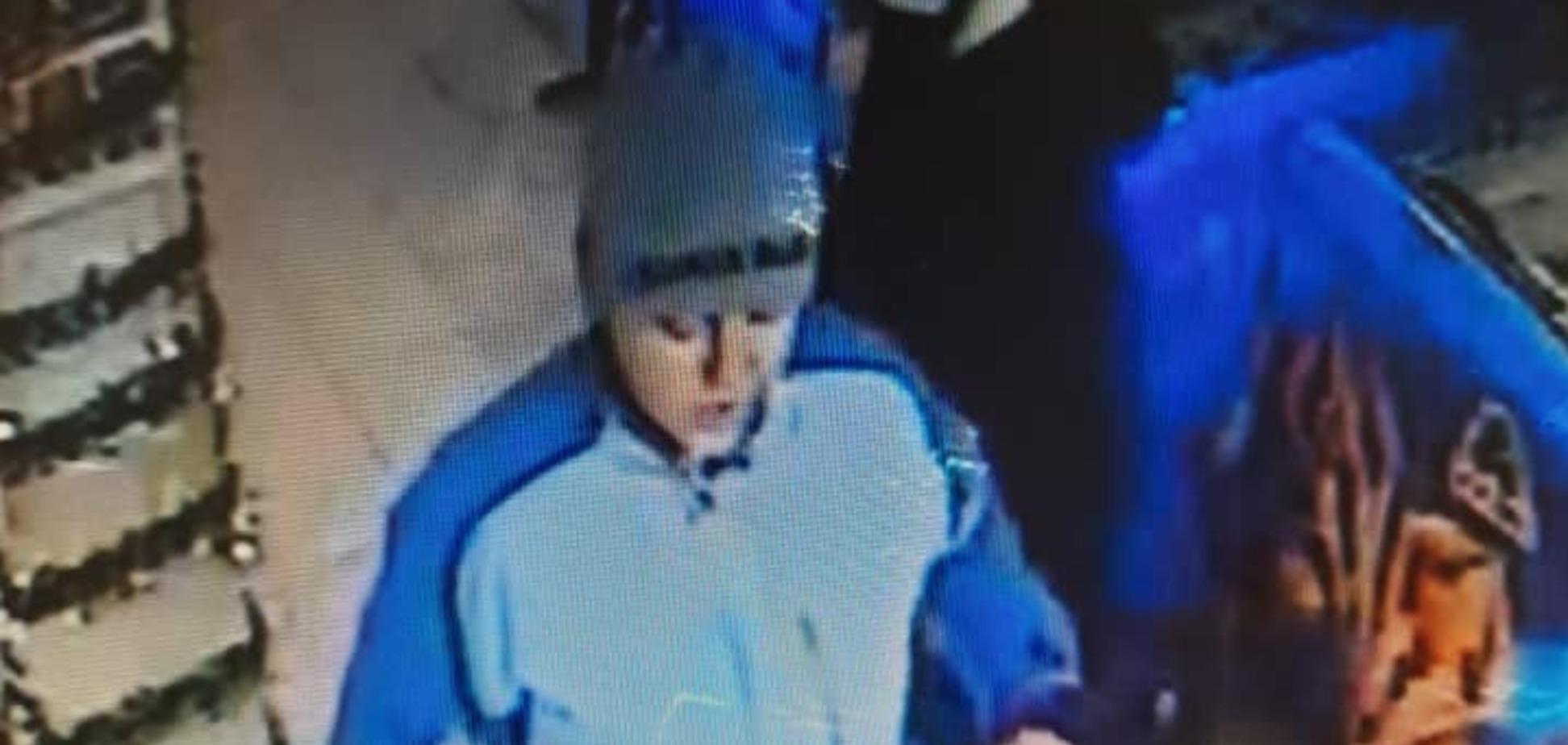 У Києві дружина поліцейського засвітила нібито крадені на вокзалі картки