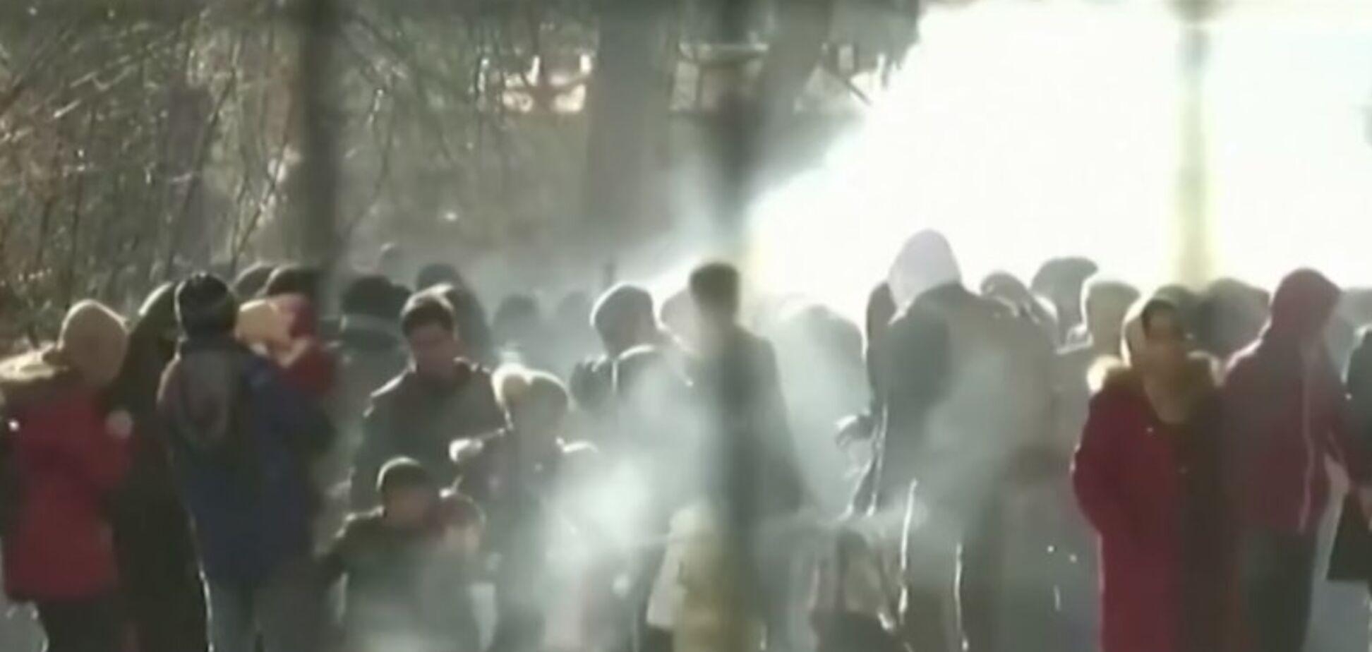 Поліція Греції застосувала газ проти біженців з Туреччини. Фото і відео