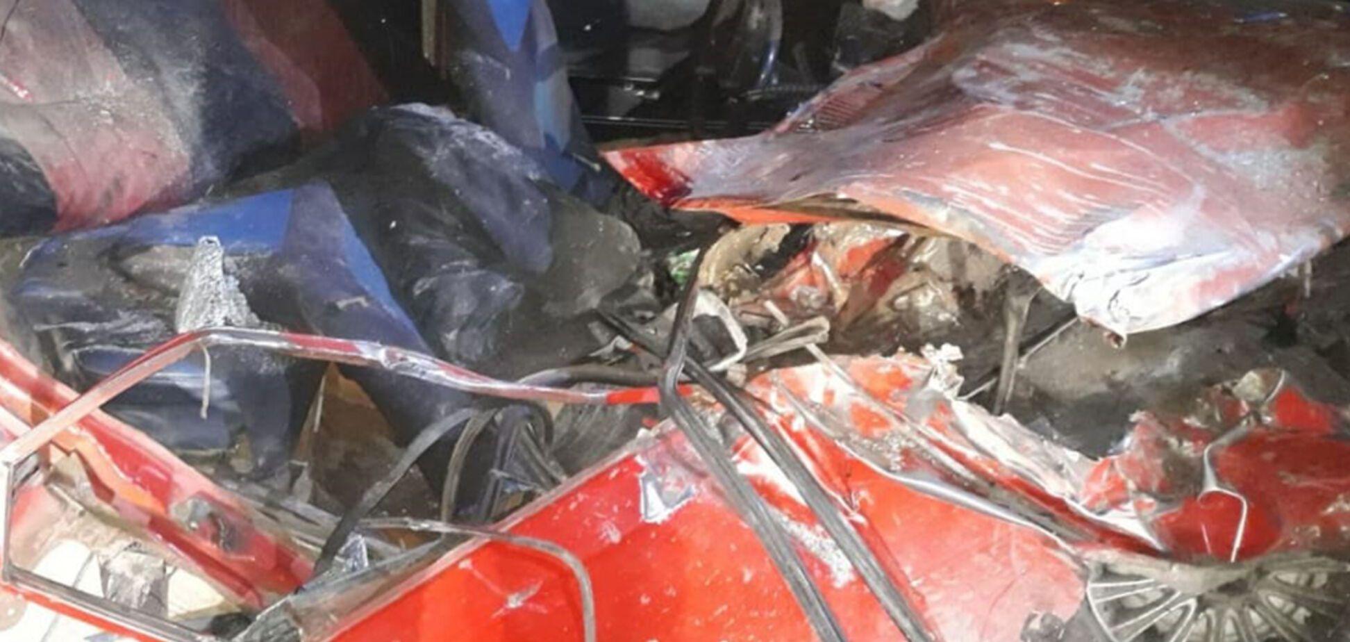 На Днепропетровщине легковушка врезалась в грузовик: тело мужчины вытаскивали спасатели. Фото