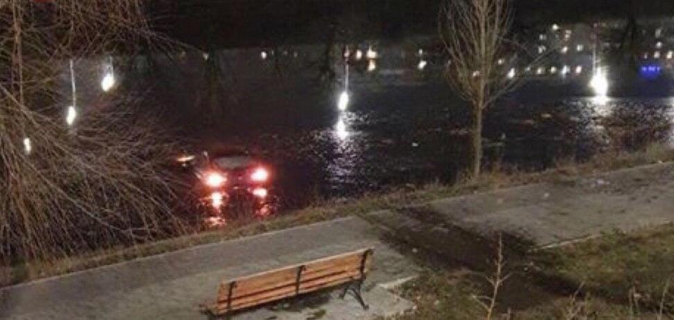 На Русановке в Киеве авто упало в канал