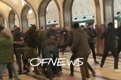 Футбольні фанати влаштували жорстку бійку в метро і потрапили на відео