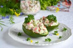 Удивительно вкусный салат с крабовыми палочками и авокадо