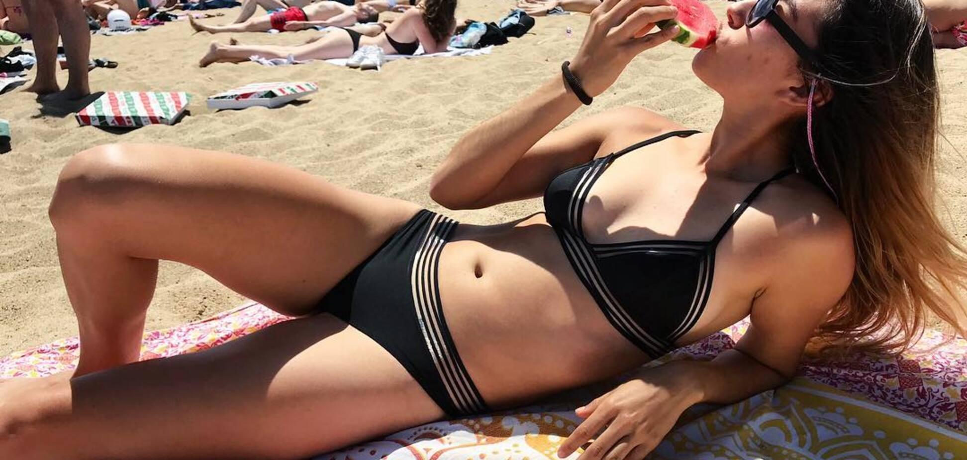 Спортивна журналістка Дені Белламі захопила фігурою в купальнику