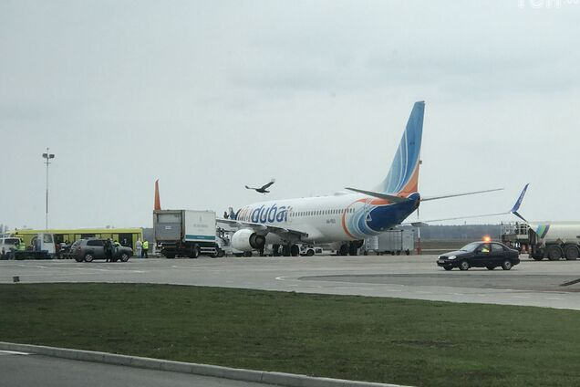"""В """"Борисполь"""" прибыл самолет с вероятно больным коронавирусом: пассажиров не выпускают"""