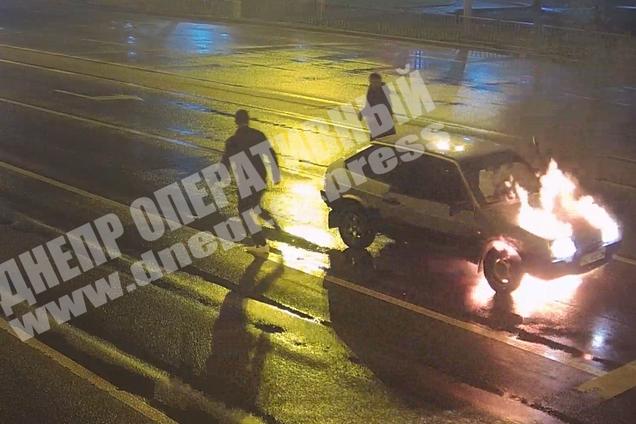 У Дніпрі на ходу спалахнув автомобіль з людьми