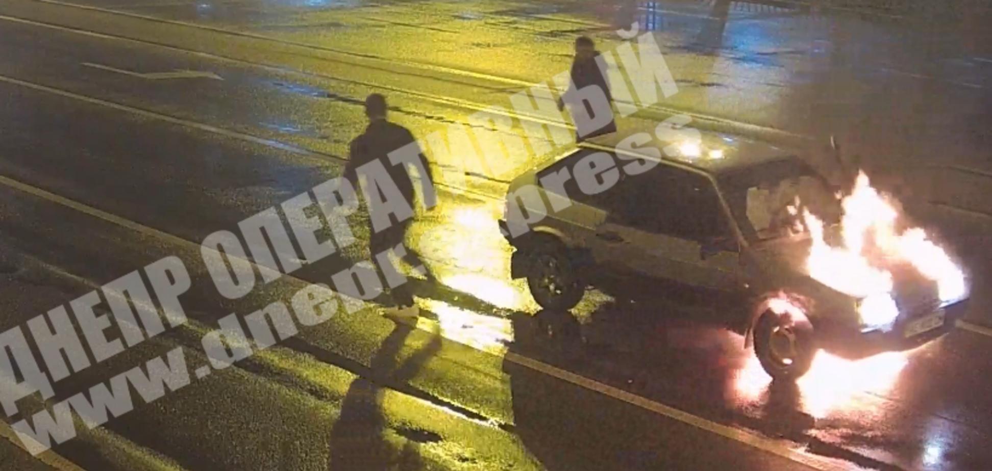 У Дніпрі на ходу спалахнув автомобіль з людьми. Відео НП