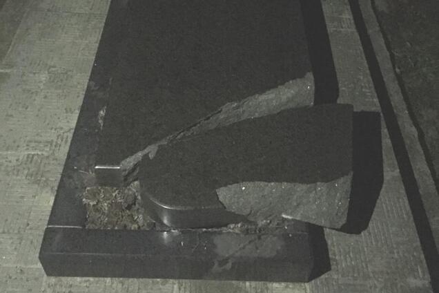Підлітки розбили пам'ятники на кладовищі