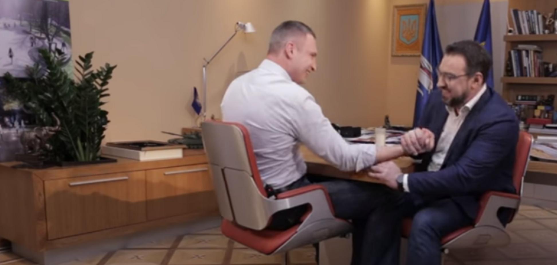 Орест Сохар победил Виталия Кличко в армрестлинге