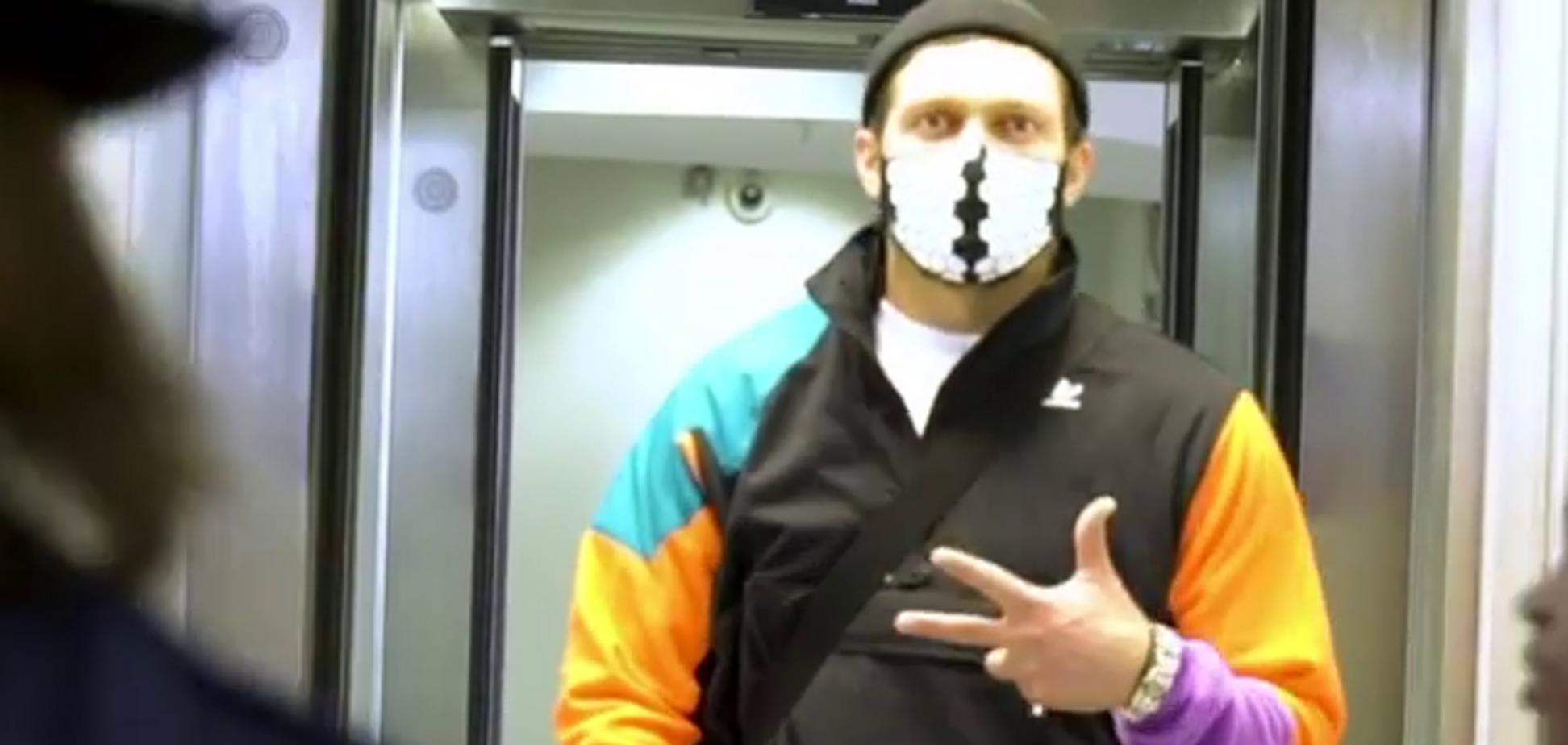 Усика в масці від коронавiрусу засікли в аеропорту