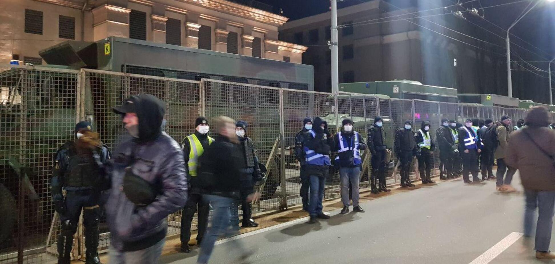 Посольство России в Киеве оградили военной техникой. Фото и видео