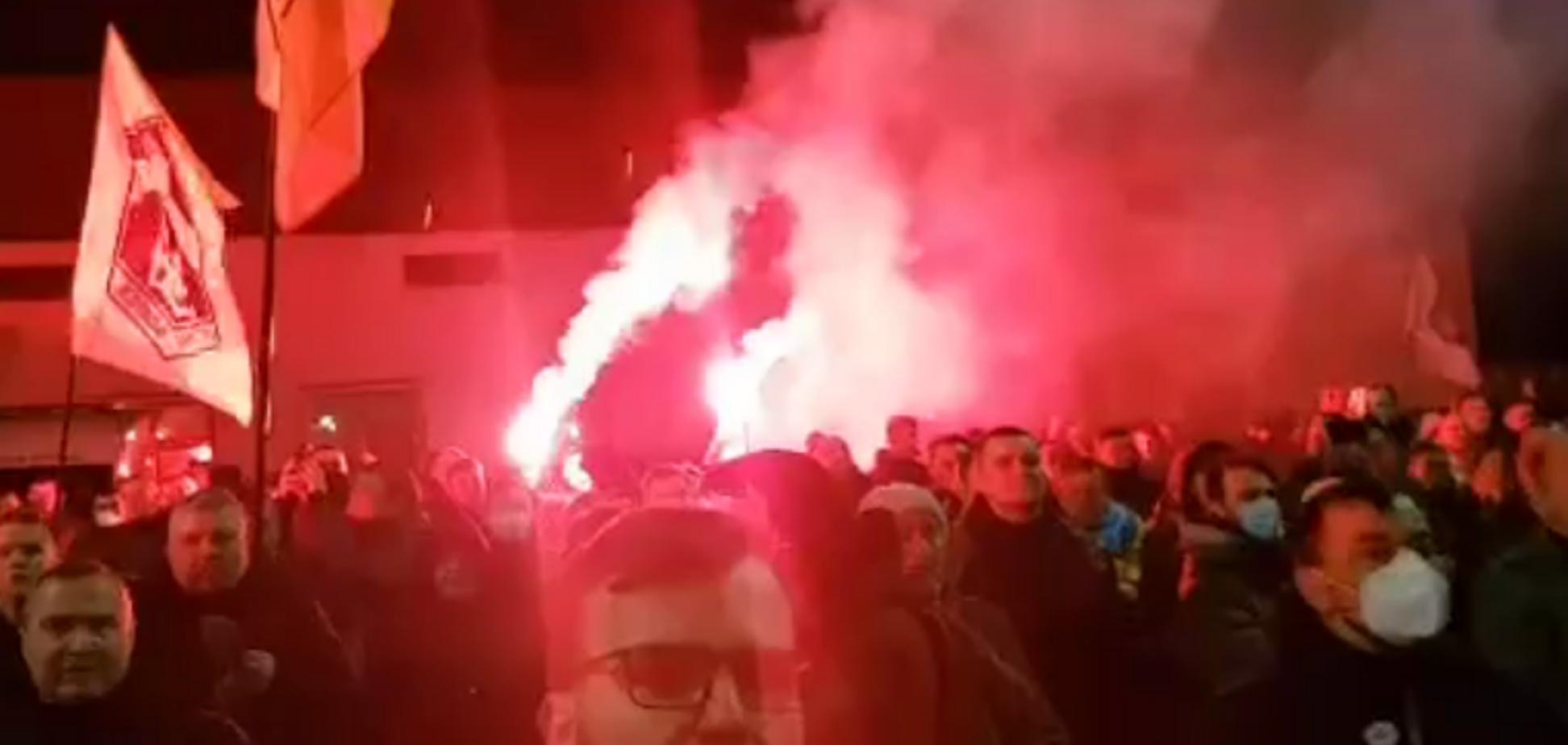 Под посольством России в Киеве порвали флаг агрессора. Видео