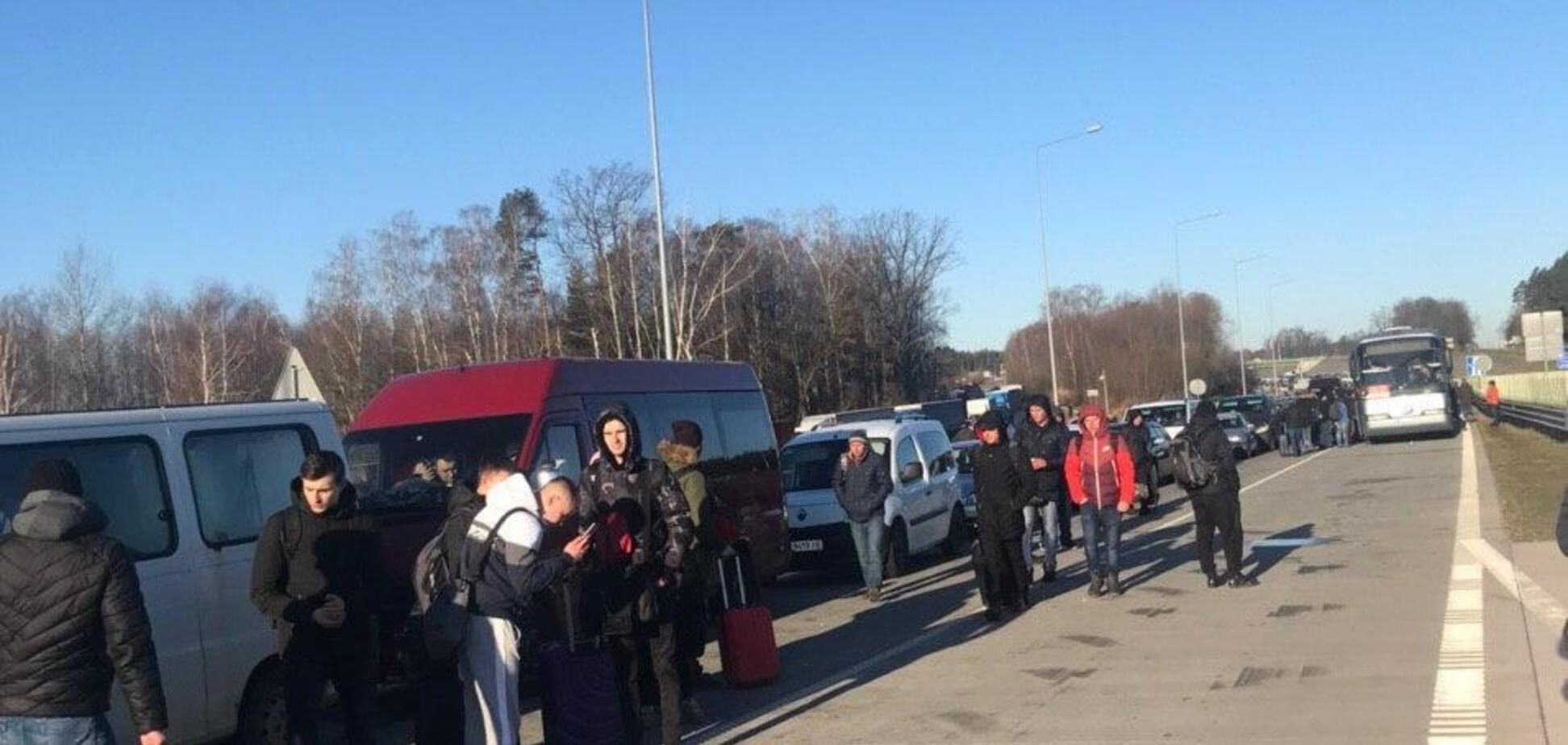 Граница с Польшей закрыта, тысячи украинцев не могут попасть домой: эксклюзивные детали