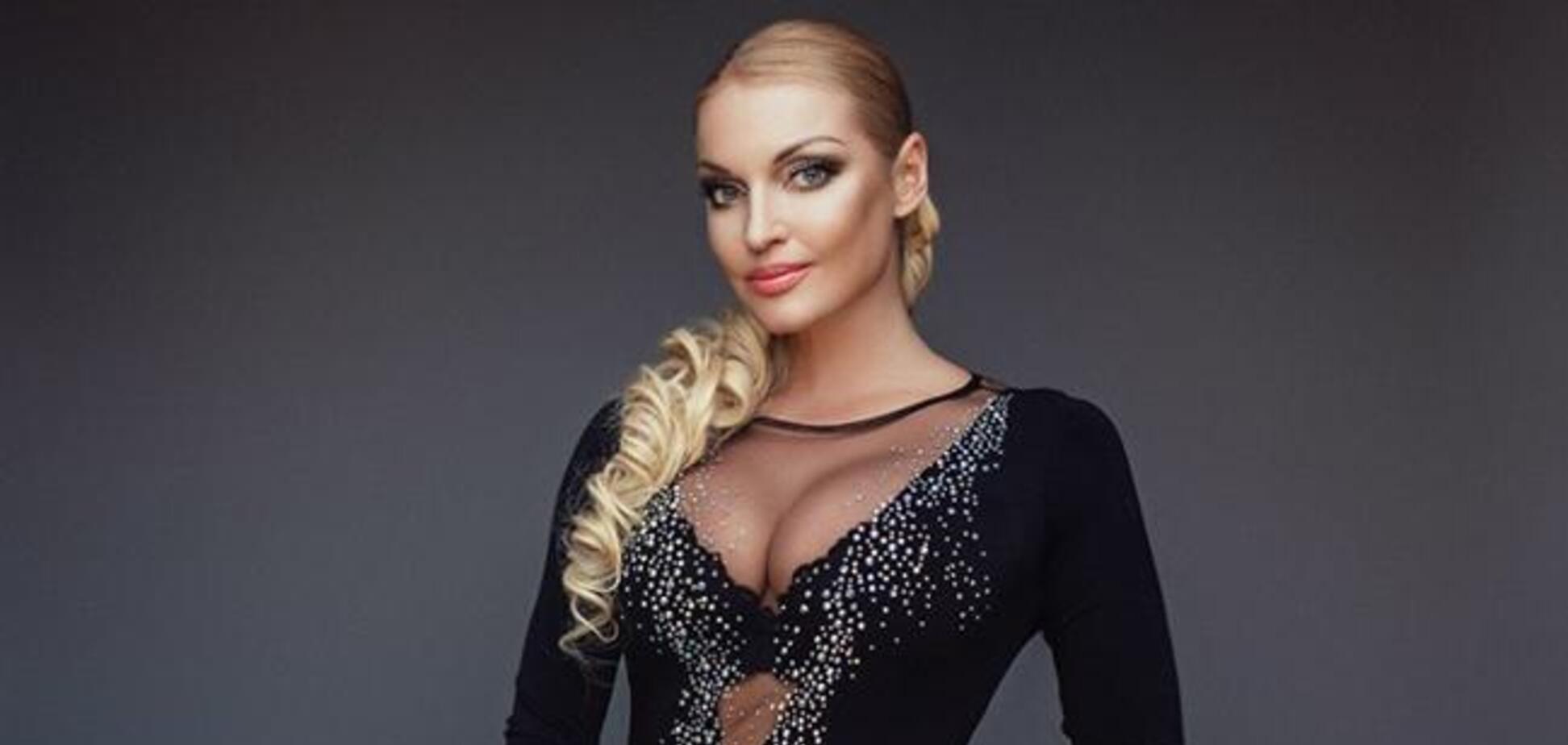 Гола Волочкова прикрила груди прозорою крижиною. Фото