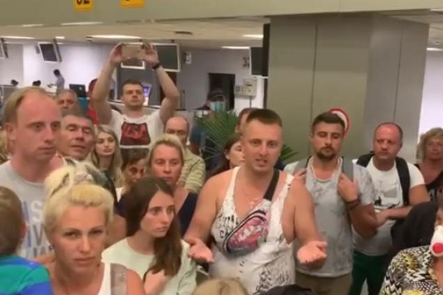 На Шри-Ланке 105 украинцев не пустили в самолет