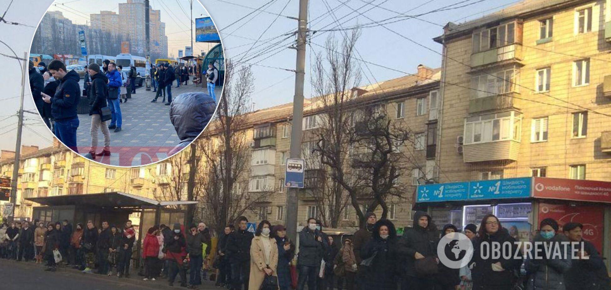 У Києві люди скупчуються на зупинках і забиваються у маршрутки, незважаючи на карантин
