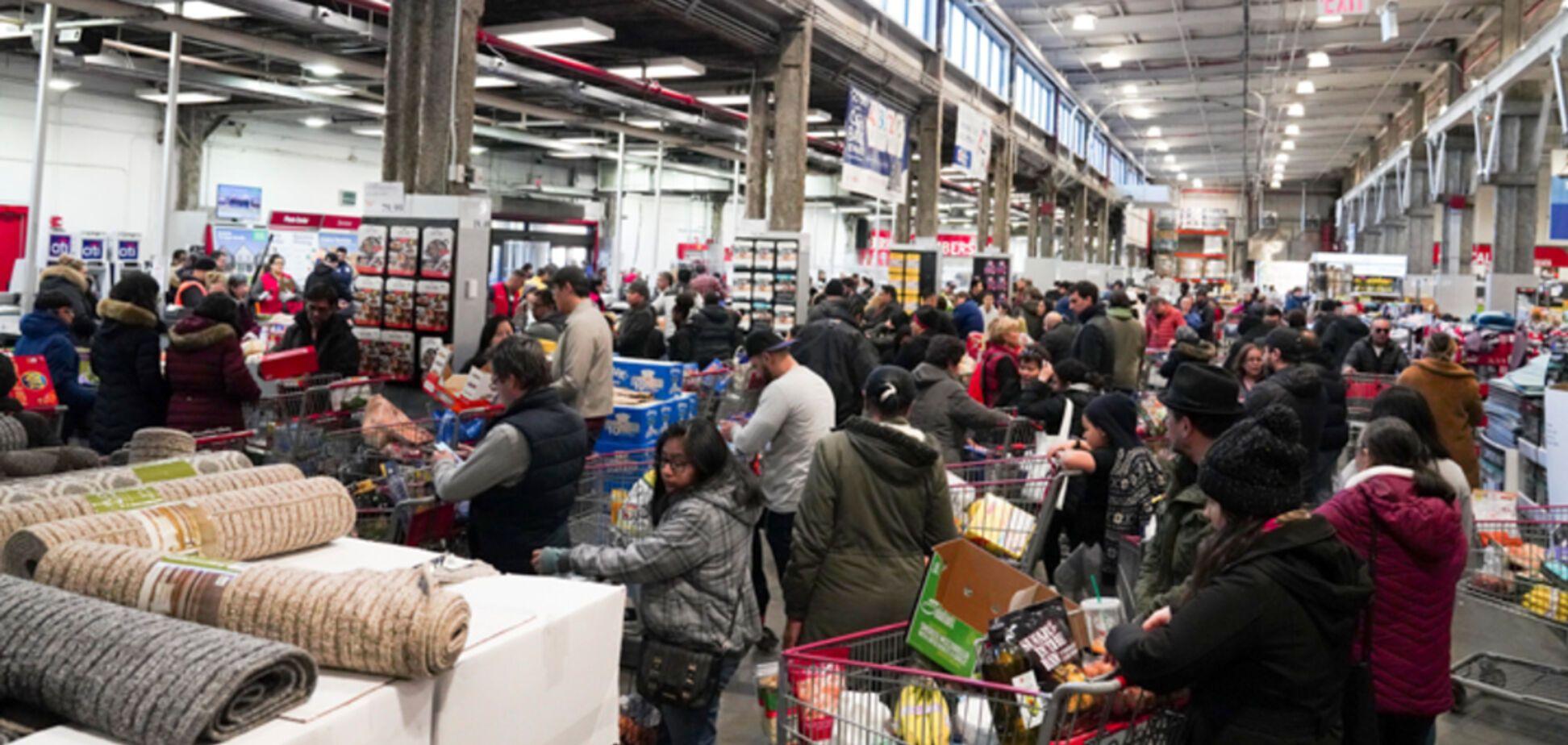 Американцы массово скупают оружие и дерутся в магазине из-за продуктов