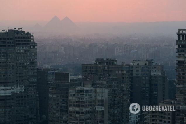Вид на піраміди Гізи в передмісті Каїра