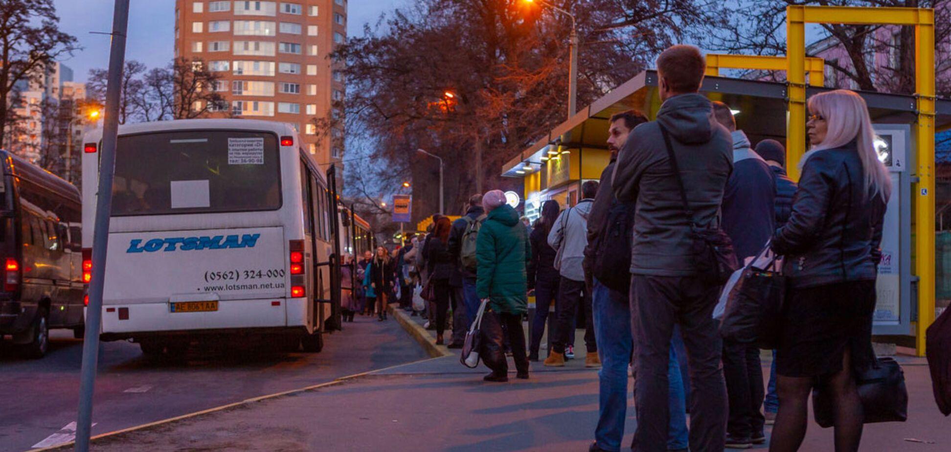Транспортний колапс в Дніпрі: люди не змогли дістатися додому і розбили маршрутки
