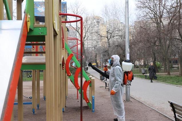 В Одесі дезінфікують дитячі майданчики