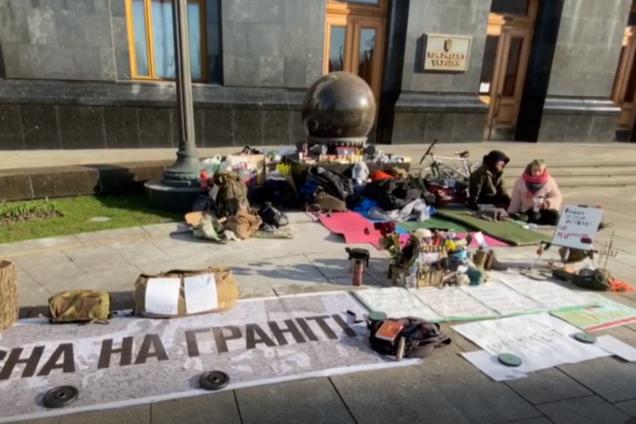 Под офисом Зеленского устроили митинг во время карантина