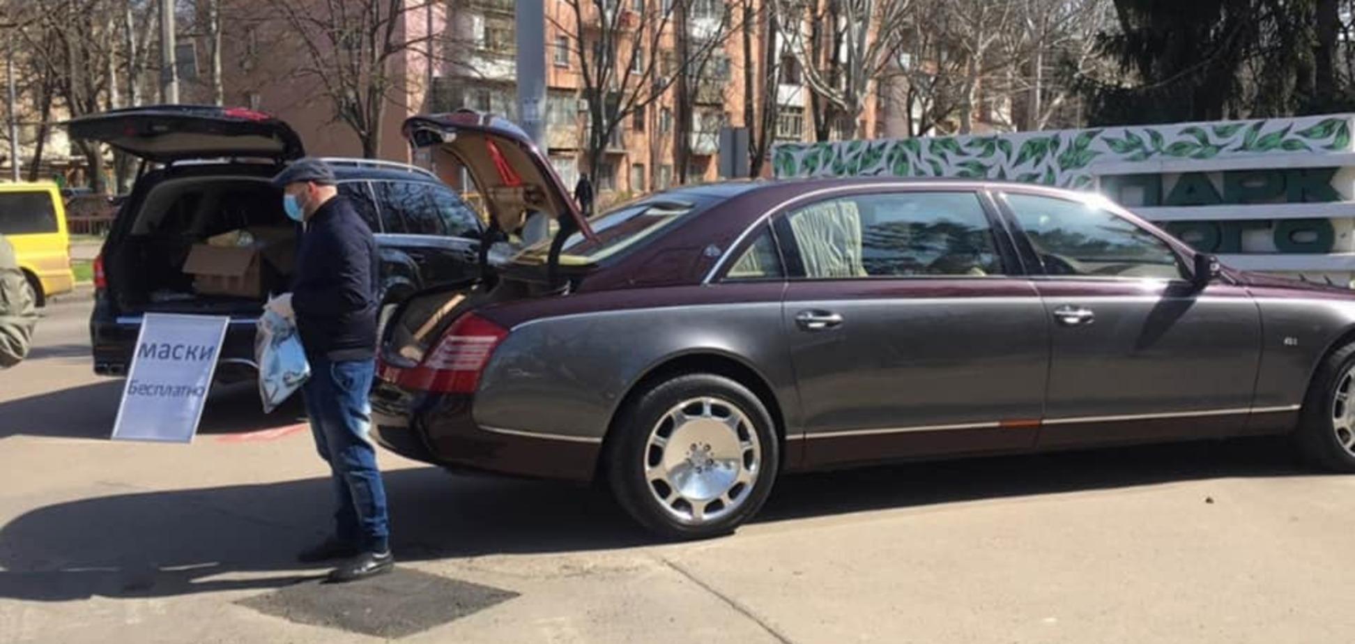 Украинцы на Mercedes и Maybach бесплатно раздавали маски
