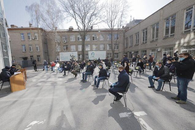 У Дніпрі сесія міськради пройшла на вулиці
