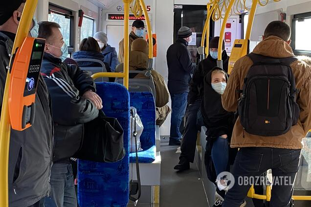 В Киеве в транспорт начали впускать больше людей