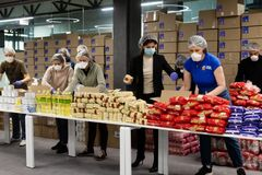 Фонд Петра Порошенко отправил пенсионерам и людям с инвалидностью тысячи продуктовых наборов