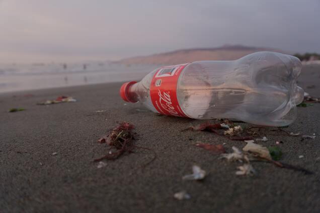 Скандал з Coca-Cola: великі компанії звинуватили у брехні про переробку пластику
