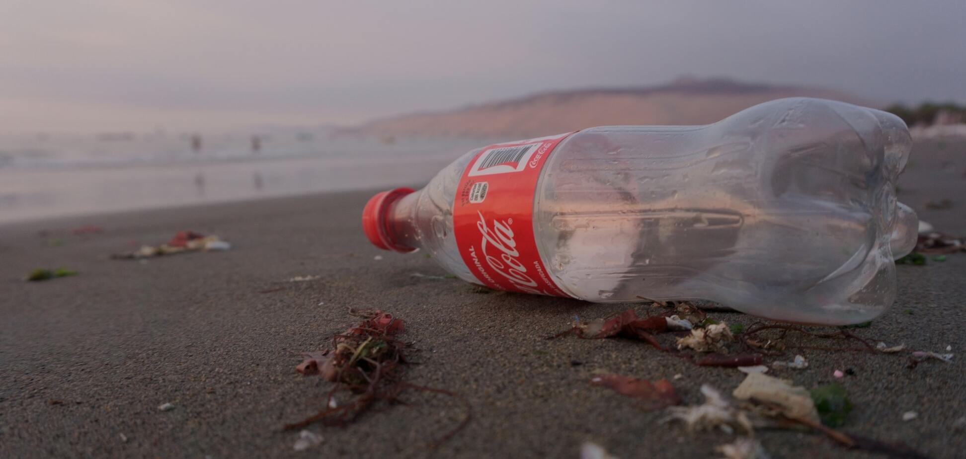 Coca-Cola і інші великі компанії звинуватили у брехні про переробку пластику