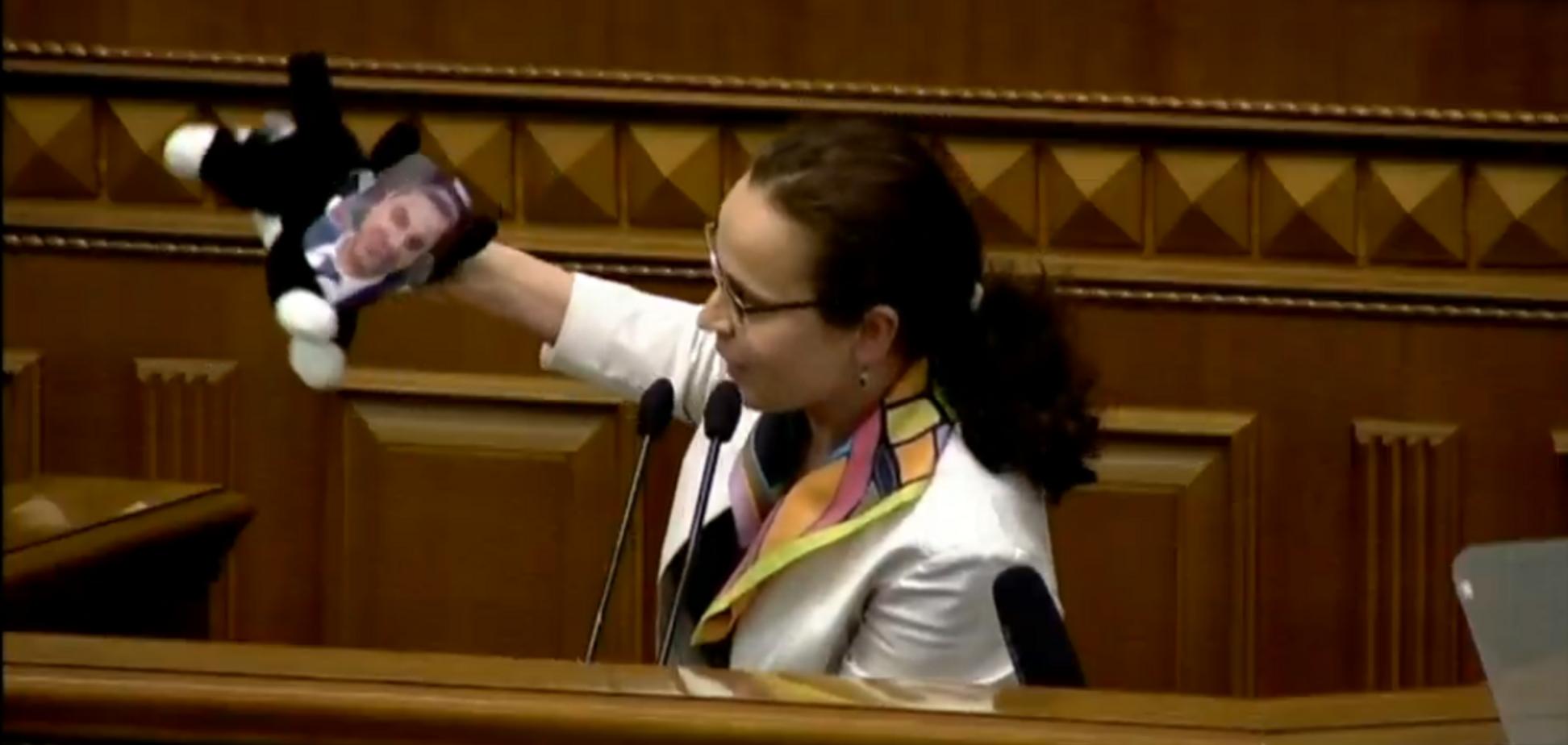 Юлия Клименко принесла в Раду кота в мешке