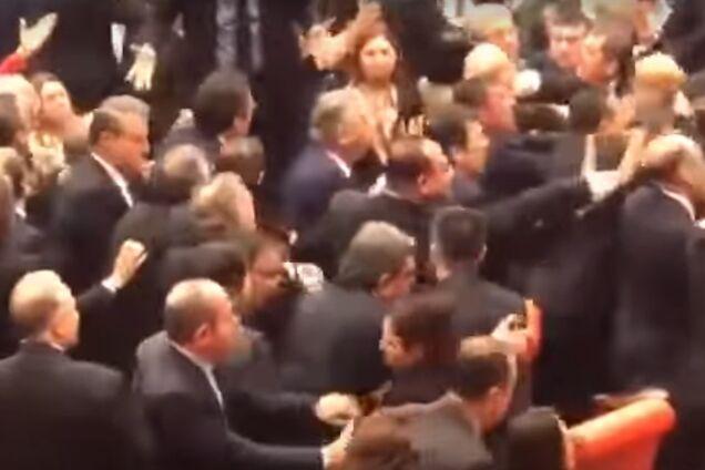 Не Радою єдиною: в турецькому парламенті сталася масова бійка