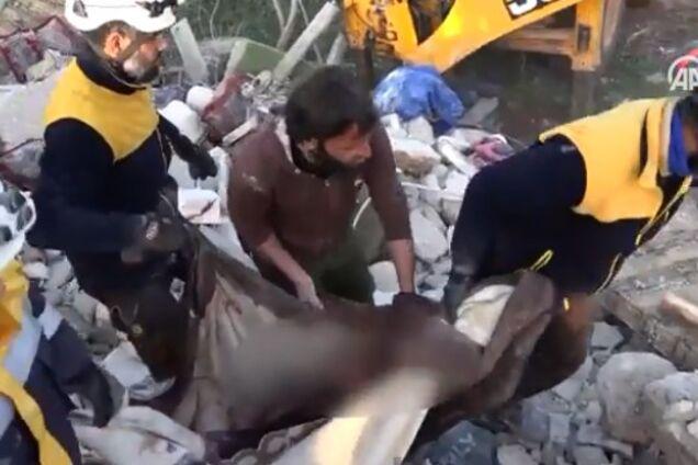 Российская авиация разбомбила укрытие беженцев в Сирии. Видео 18+