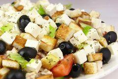 Пальчики оближешь! Праздничный рецепт греческого салата с курицей