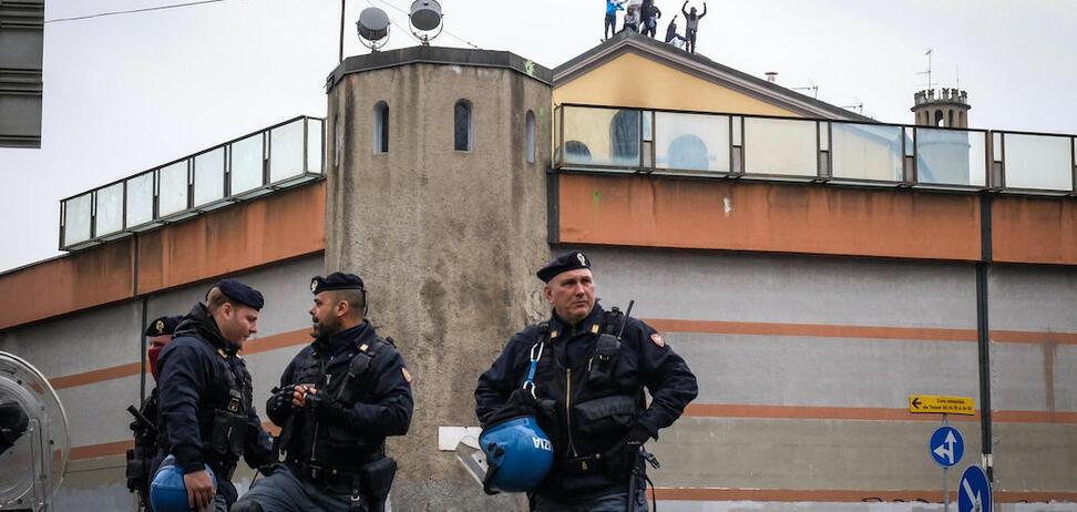 В тюрьмах Италии вспыхнули бунты из-за коронавируса: есть жертвы
