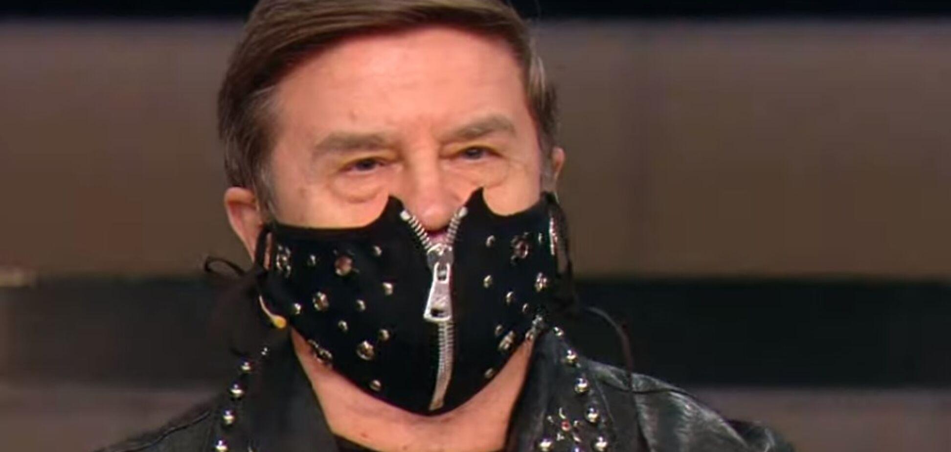 Політолога Вадима Карасьова висміяли за шкіряну маску в ефірі: фото і відео наряду
