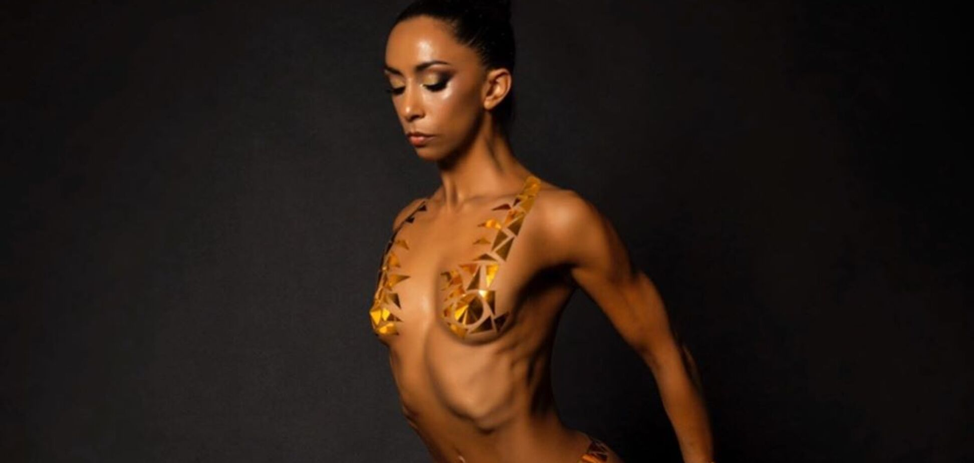Голая гимнастка поразила сеть невероятной фотосессией