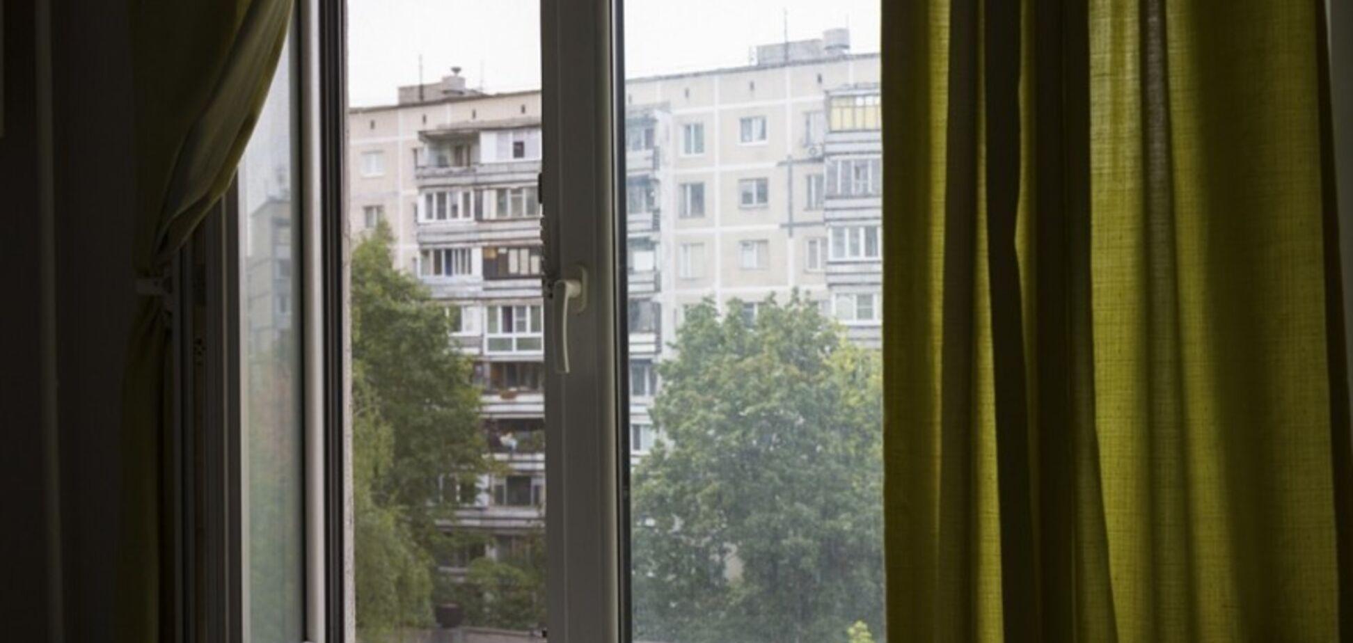 Дворічна дівчинка випала з вікна багатоповерхівки