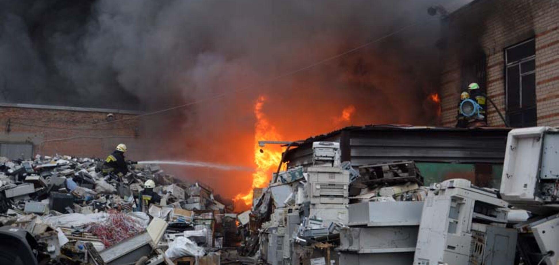 У Дніпрі більше 5 годин гасили масштабну пожежу на металобазі. Фото і відео